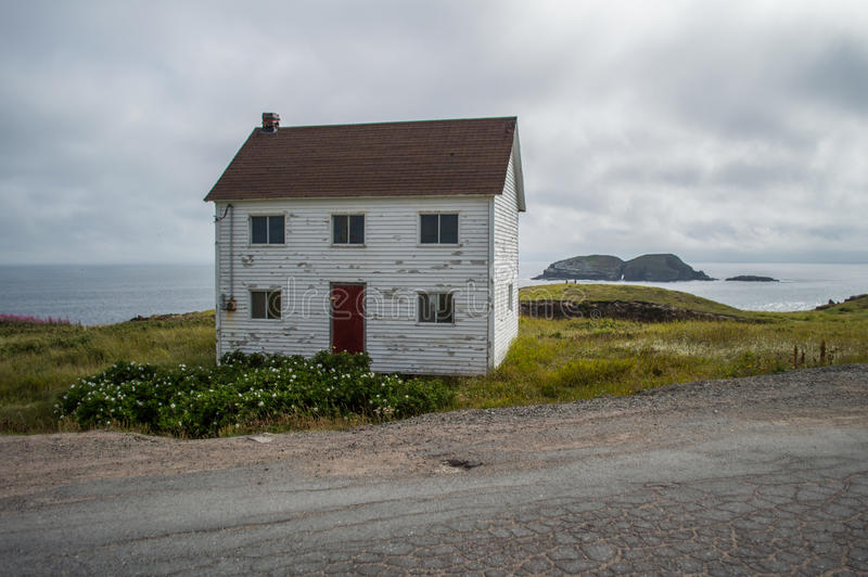 Charmant Wit Blokhuis dicht bij Elliston-Papegaaiduikerplaats in Newfoundland royalty-vrije stock foto's