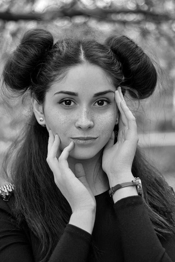 Charmant zwart-wit portret van een jong donkerbruin meisje met mooie ogen, stock afbeelding