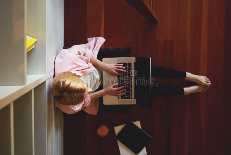 Charmante bedrijfsvrouw die van huis werken terwijl het hebben van ontbijt royalty-vrije stock fotografie