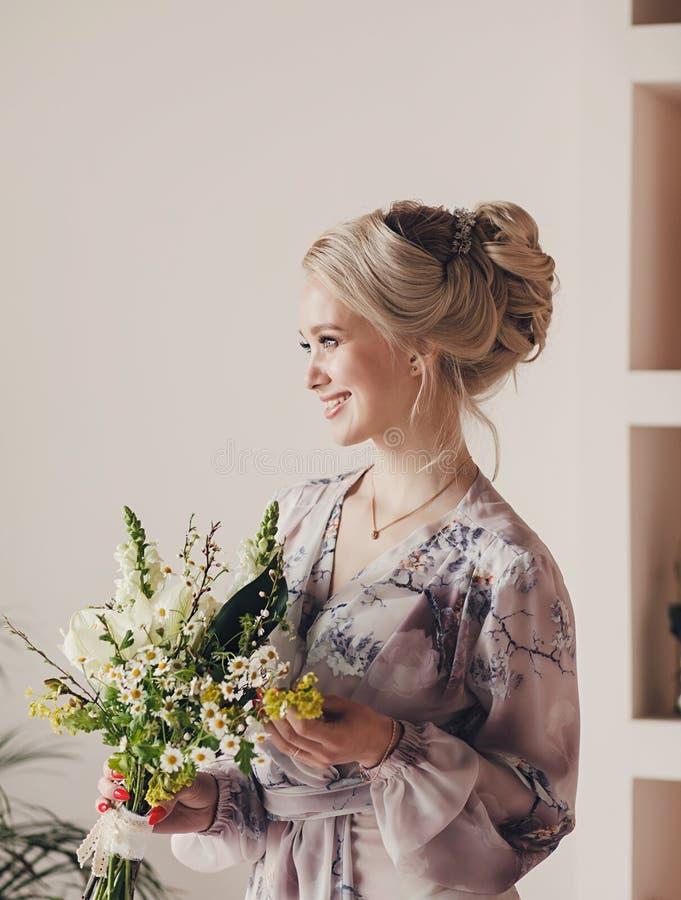 Charmante Blonde-Braut mit Frisur stockfotografie
