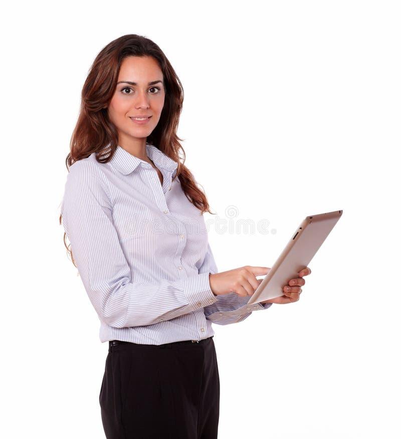 Charmante dame die aan tabletpc werkt stock afbeelding
