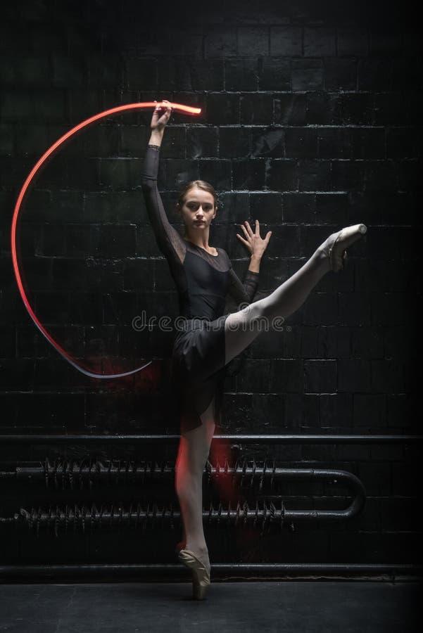 Charmante danser die haar gunst uitdrukken stock afbeeldingen