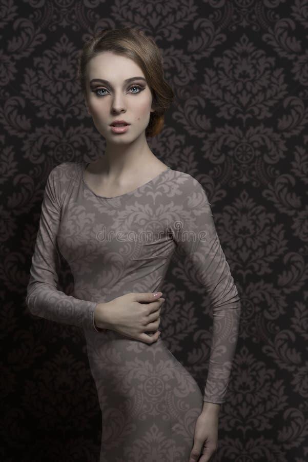 Charmante elegante maniervrouw royalty-vrije stock afbeelding