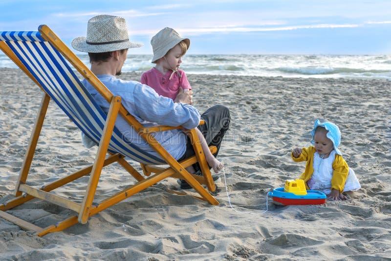 Charmante familie bij het strand stock foto