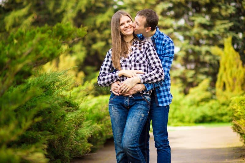 Charmante goede paarechtgenoot en vrouw die rond het park, het besteden tijd samen lopen royalty-vrije stock foto's