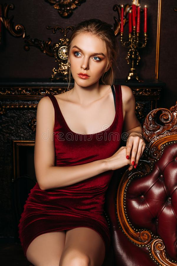 Charmante jonge vrouw stock foto