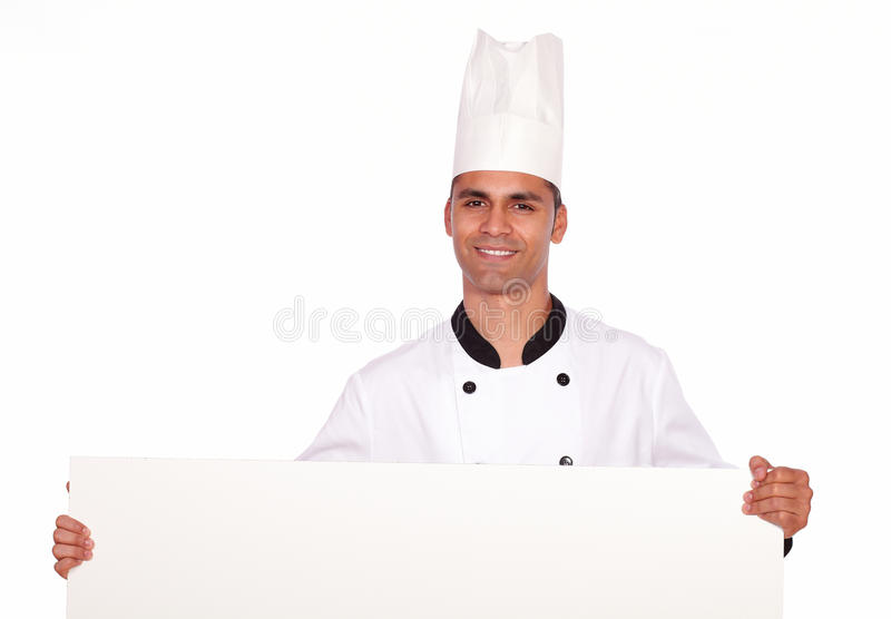 Charmante kerelchef-kok die een wit aanplakbiljet houden stock foto's
