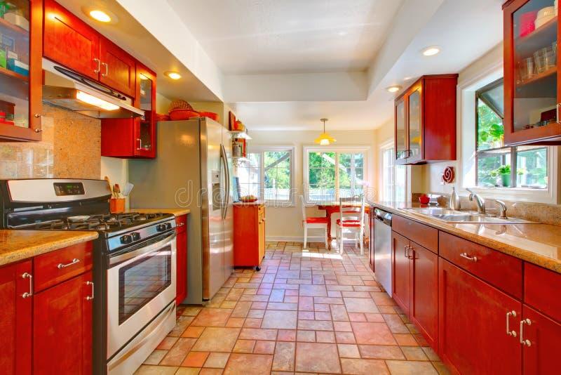 Charmante kersen houten keuken met tegelvloer. stock foto's
