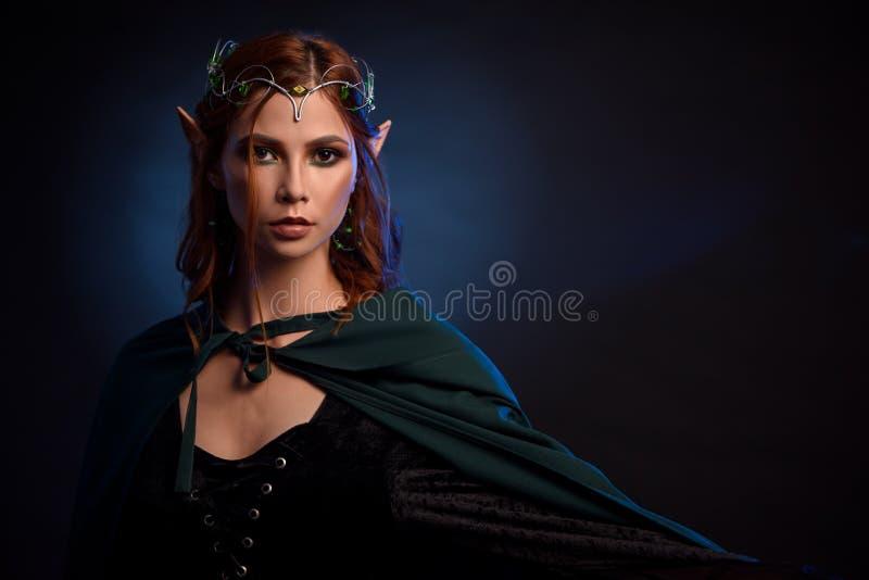 Charmante koningin van elf in zilveren tiara en rood haar royalty-vrije stock afbeelding