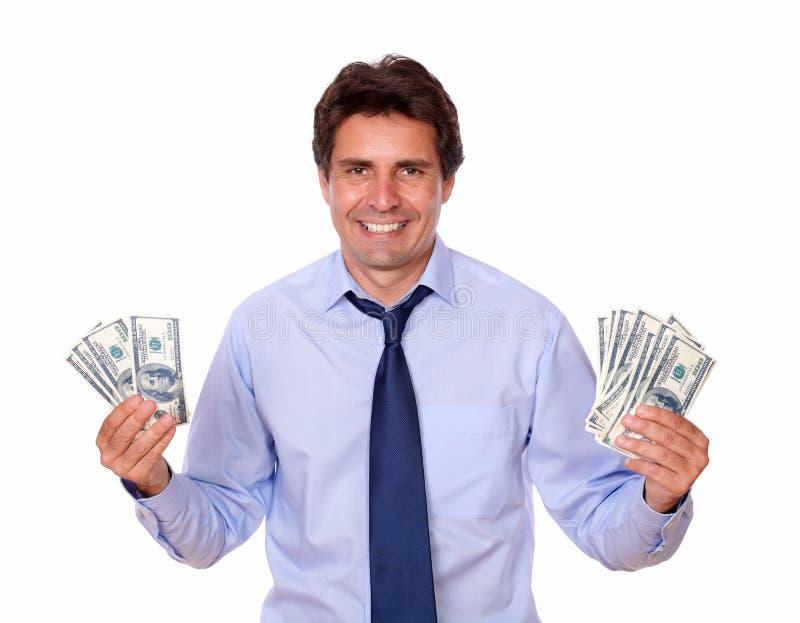 Charmante mens die en u contant gelddollars glimlachen tonen royalty-vrije stock fotografie