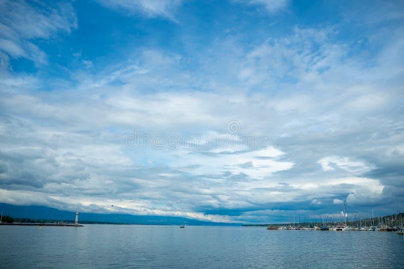 Charmante panoramamening van het meer van Genève op achtergrond van de wolken de blauwe hemel stock foto's