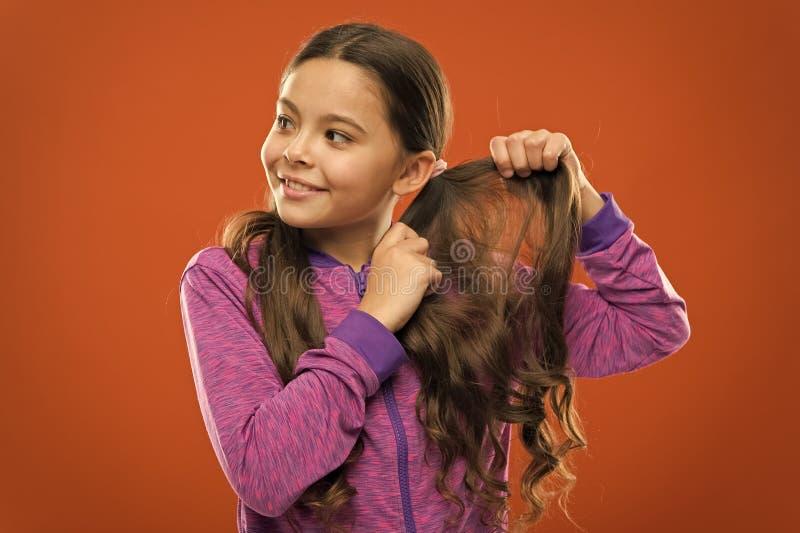 Charmante schoonheid Meisjes actief jong geitje met lang schitterend haar Sterk en gezond haarconcept Hoe te om krullend haar te  royalty-vrije stock foto