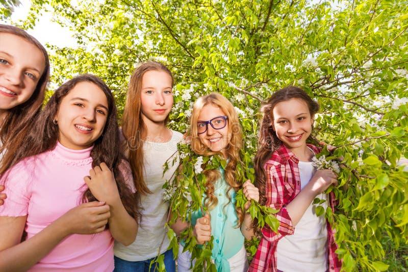 Charmante tieners die zich in het bos bevinden stock afbeelding