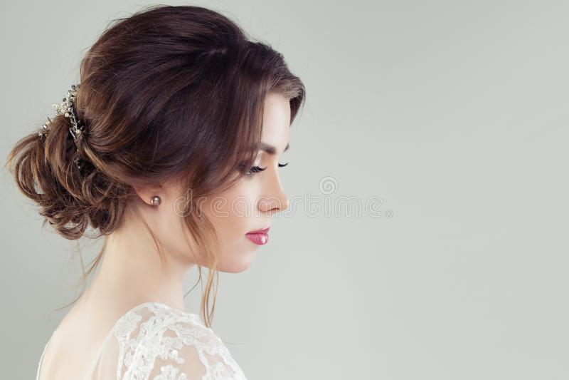 Charmante vrouw met bruids kapsel en hairdeco, portret stock foto