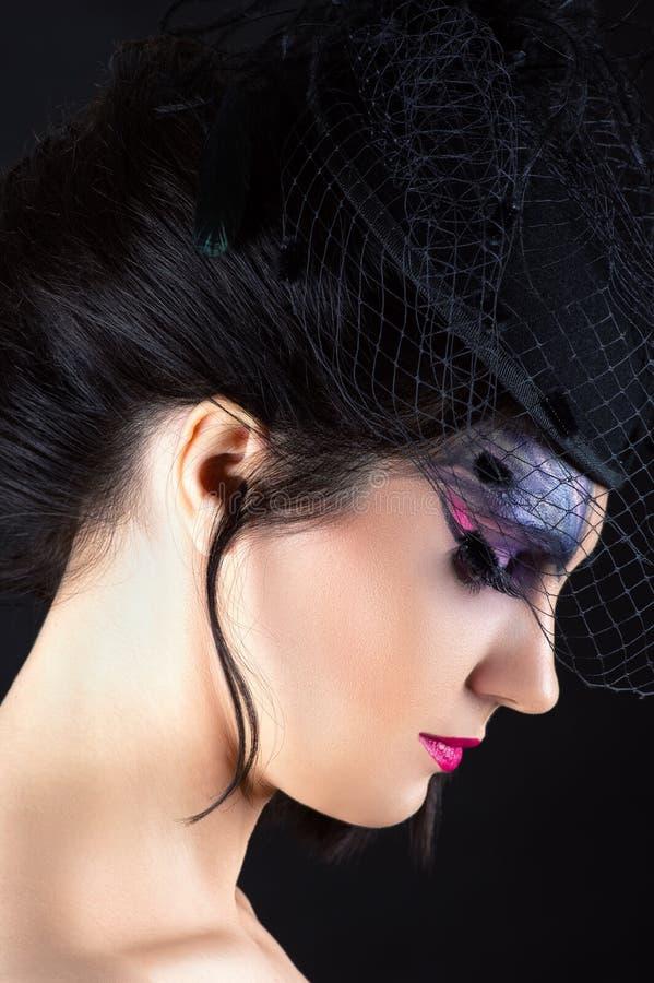 Charmante vrouw met donkere make-up, profielgezicht met sluier royalty-vrije stock afbeelding
