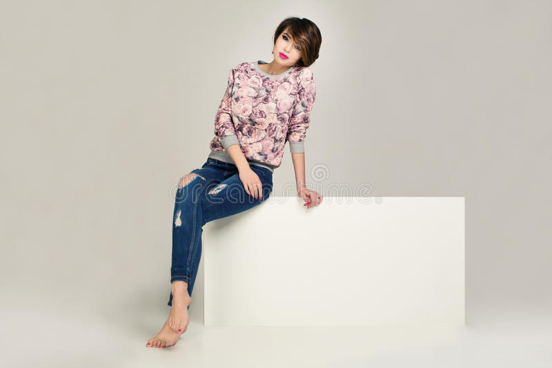 Charmante vrouwen in jasje met bloemen en jeans met gaten royalty-vrije stock afbeeldingen