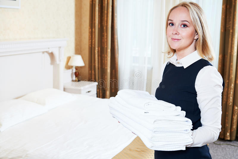 Charmbermaid fêmea do trabalhador das tarefas domésticas do hotel com linho fotografia de stock