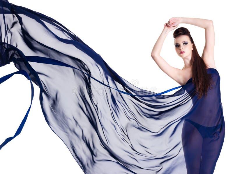 Charme de belle femme dans la mousseline de soie photos stock