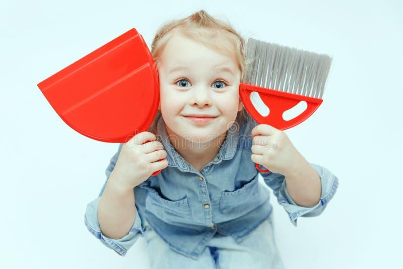 Charme de peu de fille sur le fond blanc tenant le scoop rouge et le panicle rouge photographie stock libre de droits