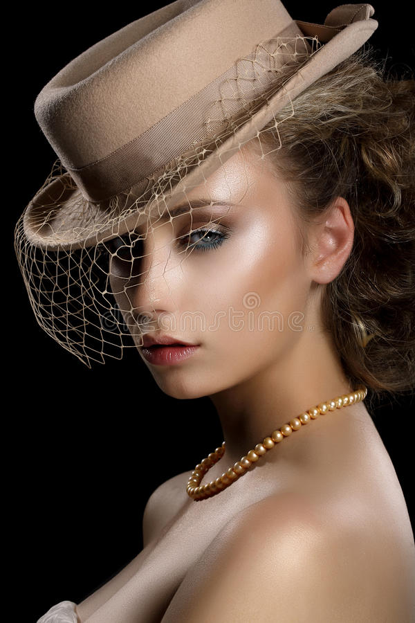 Charme. Retro Gestileerde Romantische Vrouw in Uitstekende Bruine Hoed en Sluier. Nostalgie royalty-vrije stock fotografie