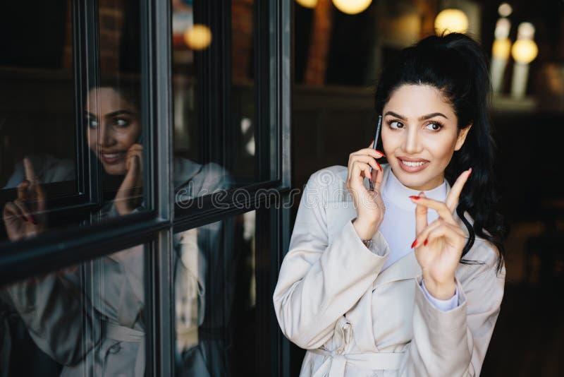 Charmerend jonge donkerbruine vrouw met prettige glimlach die zacht hebben stock afbeeldingen