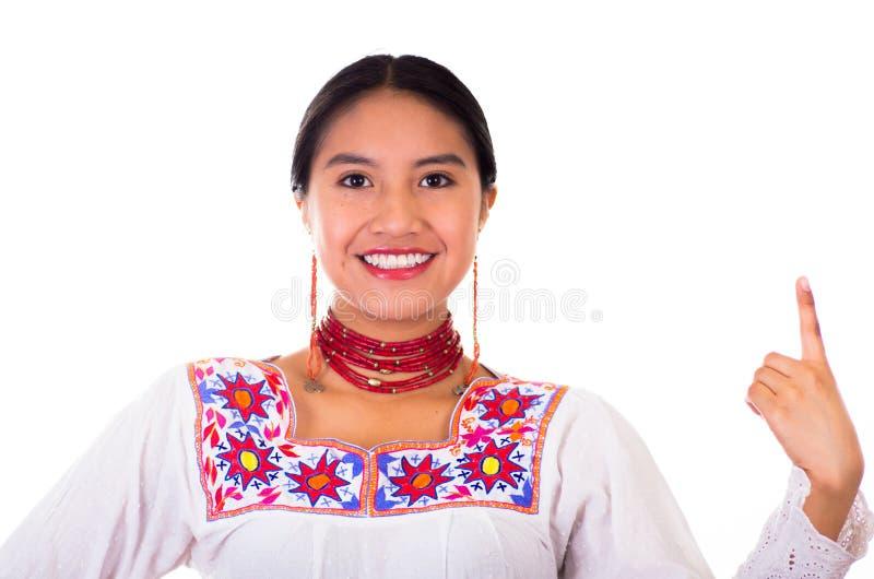 Charmerend jonge vrouw die traditionele Andesblouse met kleurrijke borduurwerken dragen, aanpassend rode halsband en oorringen royalty-vrije stock fotografie