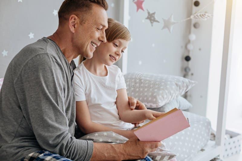 Charmerend levendige familie die een aardig verhaal samen lezen royalty-vrije stock foto