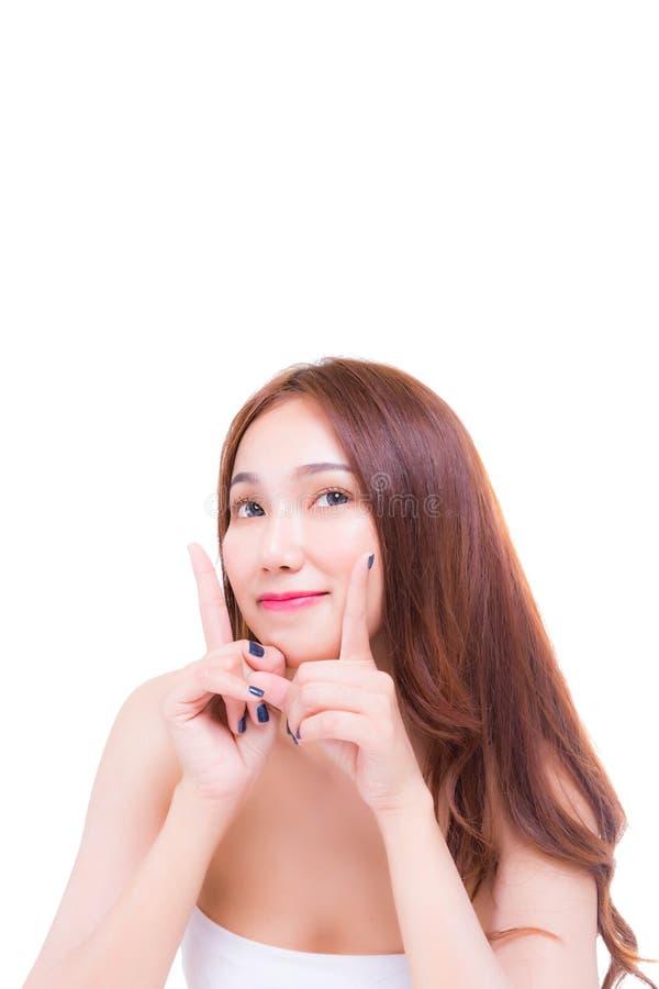 Charmerend mooie vrouw die vingers richten en aan exemplaarruimte kijken boven haar hoofd voor het vertellen klant dat het produc stock foto