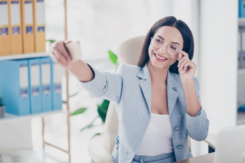 Charmerend, mooie vrouw die zelfbeeld op slimme telefoon, HOL schieten stock afbeeldingen