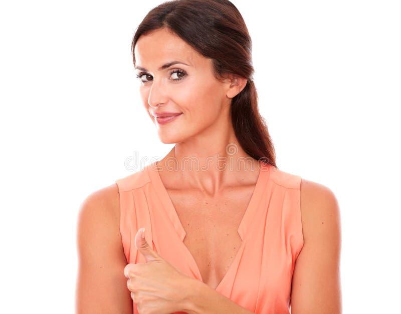 Charmerend Spaanse dame met omhoog duim royalty-vrije stock foto