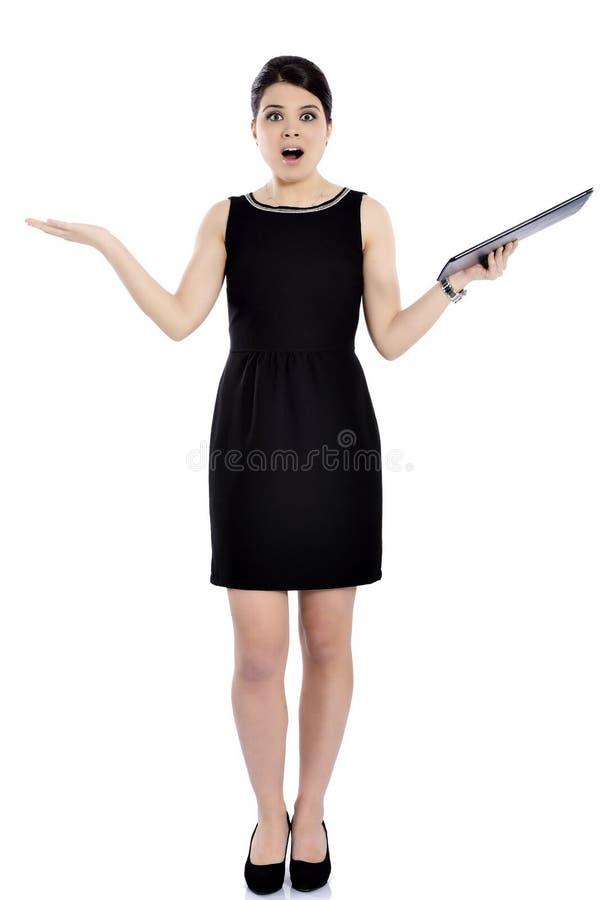 Charmig affärskvinna som rymmer en mapp arkivfoto