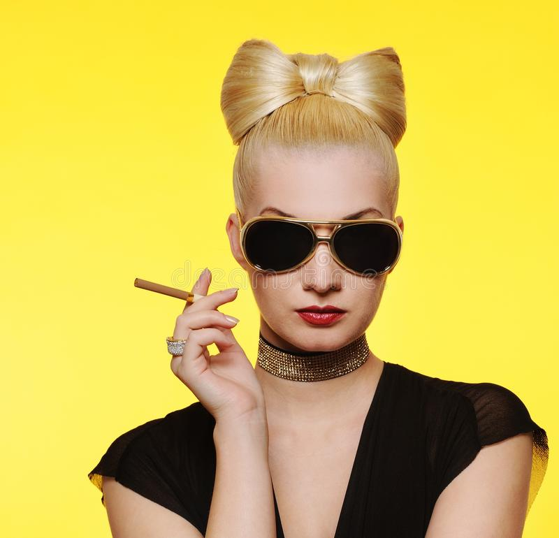 charmig cigarettlady arkivbild