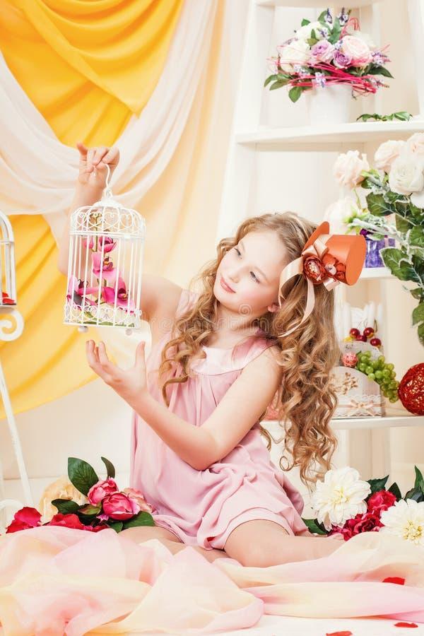 Charmig elegant flicka som poserar i festlig inre royaltyfri fotografi