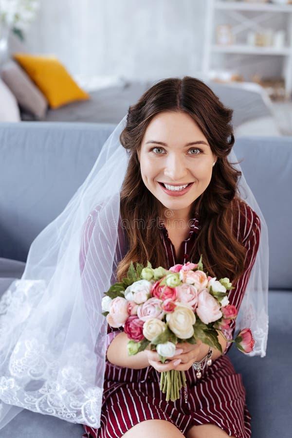 Charmig elegant kvinna som drömmer om hennes framtida bröllop royaltyfria foton
