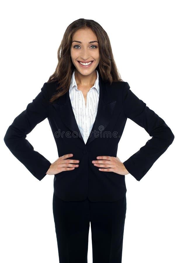 Charmig företags kvinna som grundligt ler royaltyfri foto