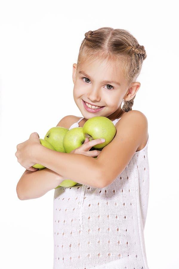 Charmig flicka med ett äpple arkivfoton