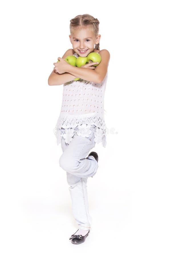 Charmig flicka med ett äpple arkivfoto