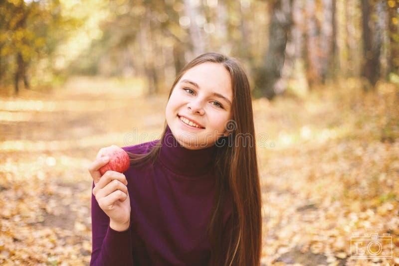 Charmig flicka med ett rött äpple royaltyfri fotografi