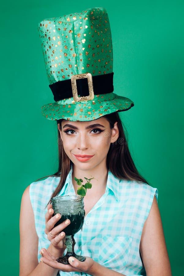 charmig flicka Nätt flicka i tappningstil retro coctail för kvinnadrinksommar Dagstift för St Patricks upp kvinna med royaltyfria foton