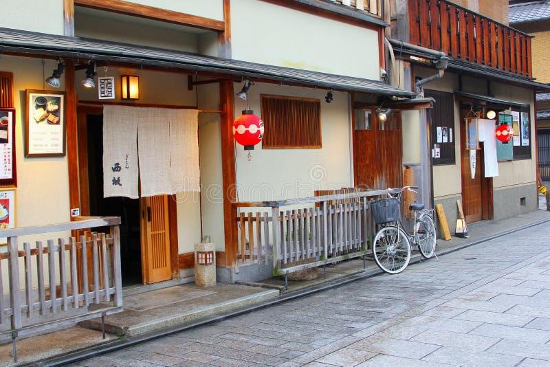Charmig gammal gata, Gion geishaområde, Kyoto arkivfoton