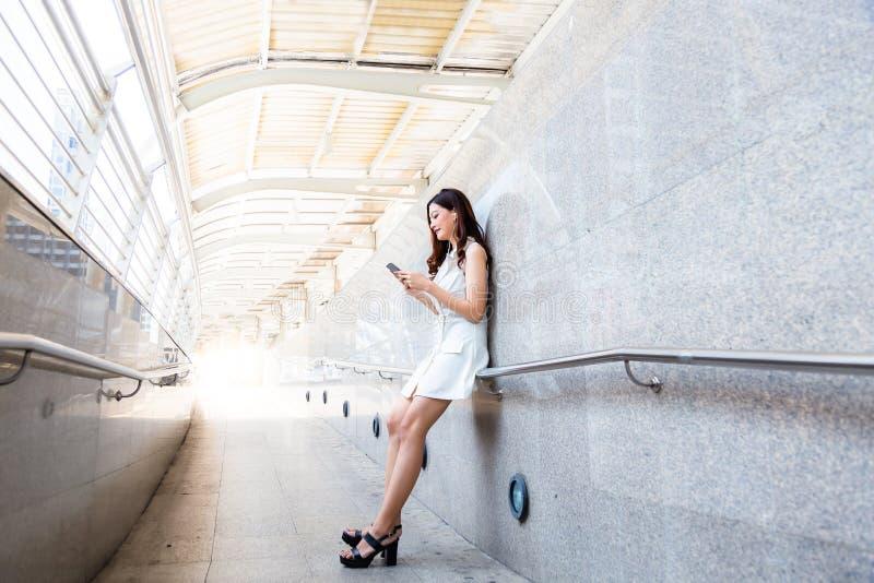 Charmig härlig asiatisk kvinna Den attraktiva härliga flickan är lis arkivfoto