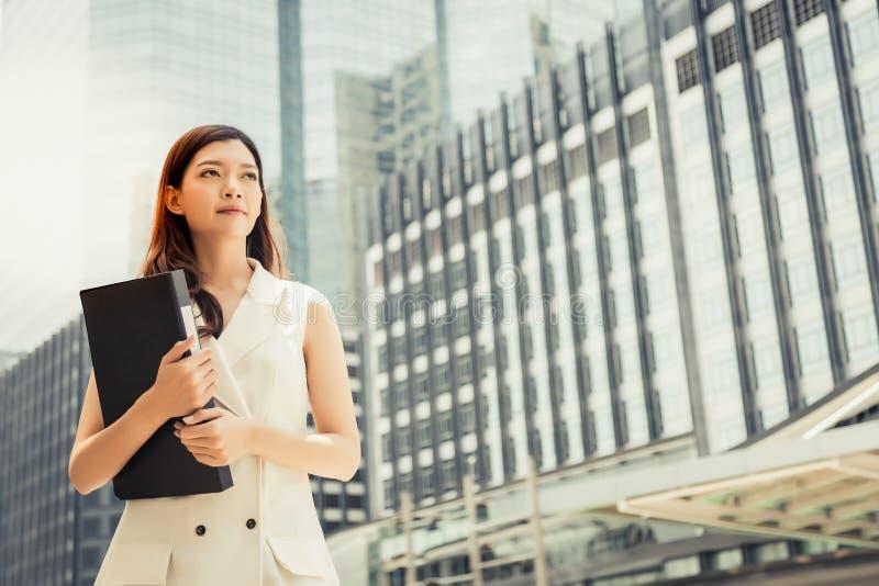 Charmig härlig sekreterarekvinna för stående Attraktiv beautifu arkivfoto