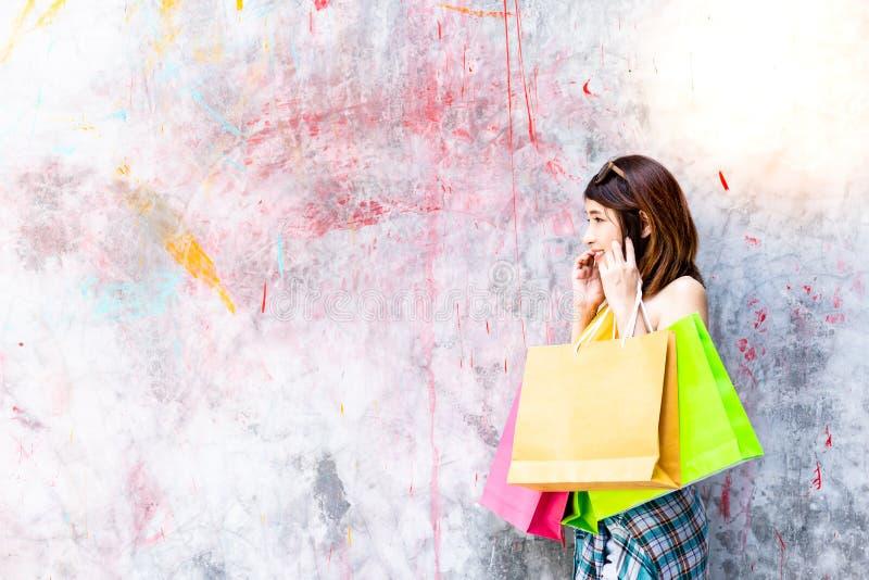 Charmig härlig shopaholic kvinna för stående Attraktiv beautif arkivfoton