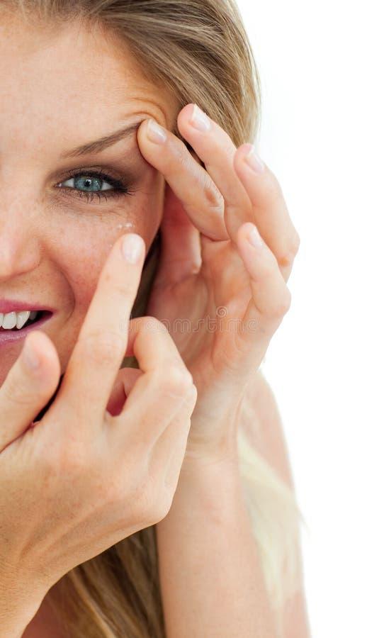 charmig kontaktlins som sätter kvinnan royaltyfri foto