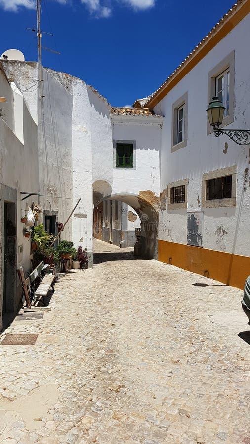 Charmig kullerstengata i Faro, Portugal royaltyfri fotografi