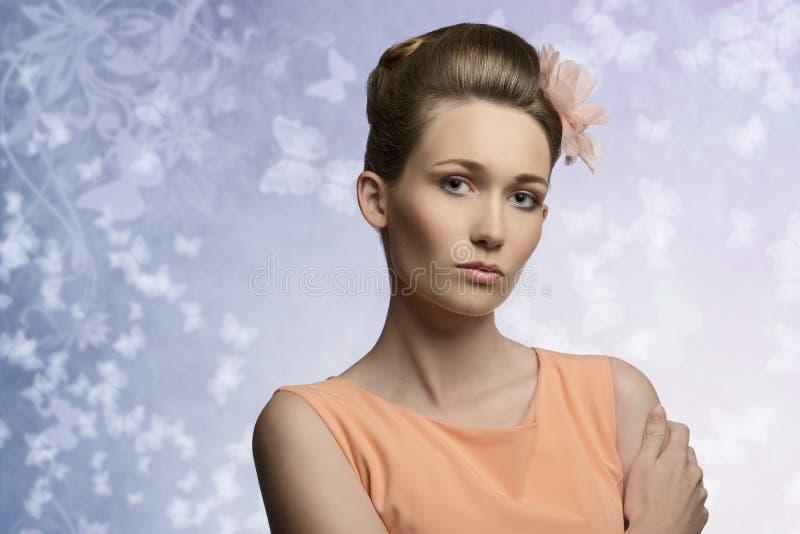 Charmig kvinna i skönhetstående royaltyfri foto