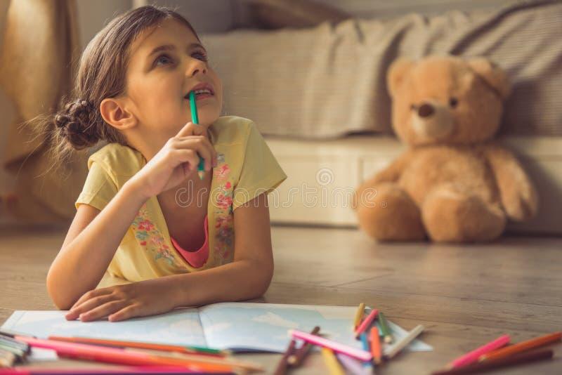 Charmig liten flicka hemma royaltyfri fotografi