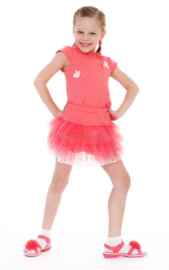 Charmig liten flicka i kort klänning. royaltyfri bild