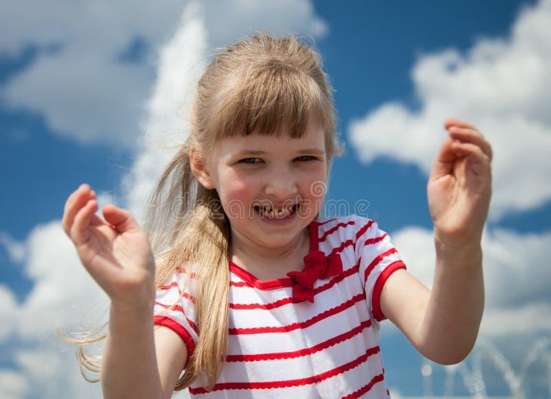Charmig liten flicka på himmelbakgrund royaltyfria foton
