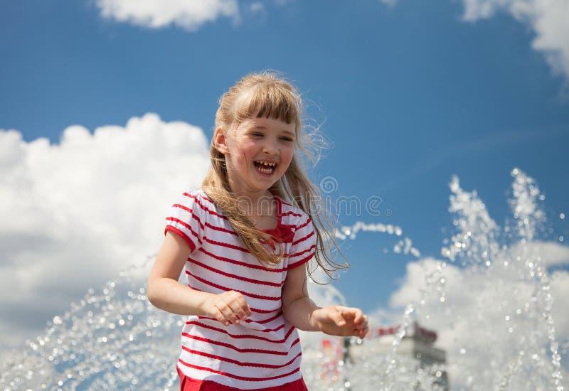Charmig liten flicka på himmelbakgrund arkivbilder